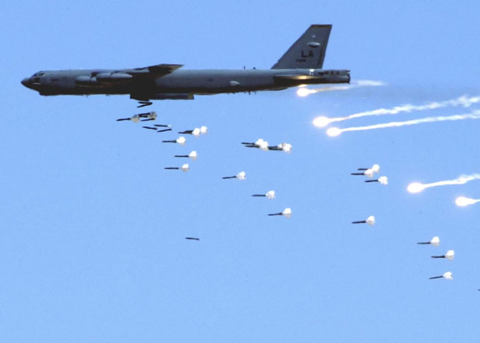 http://www.aviationexplorer.com/Commercial_Airliners-Military_Aircraft_Pictures/B_52_dropping_bombs.jpg