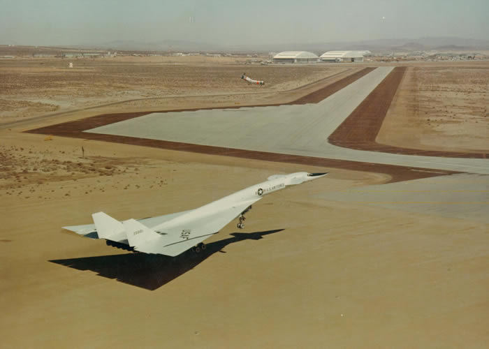 xb70 landing at edwards afb after first flight